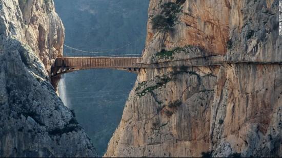 世界上最窄人行道,仅一米宽,上百米高悬崖游客要签生死状