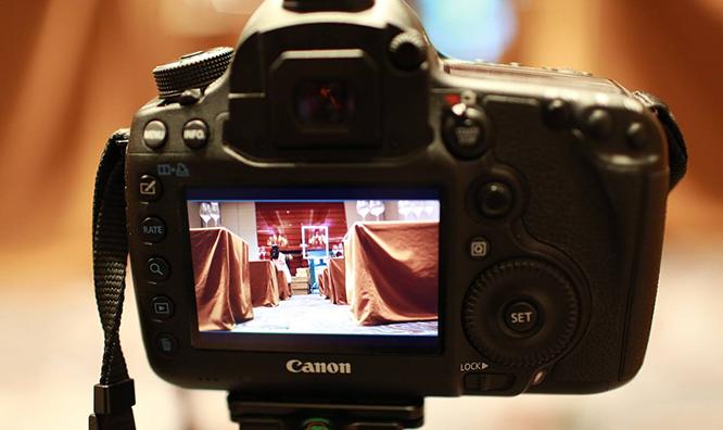 利用摄像机进行会议新闻的摄录
