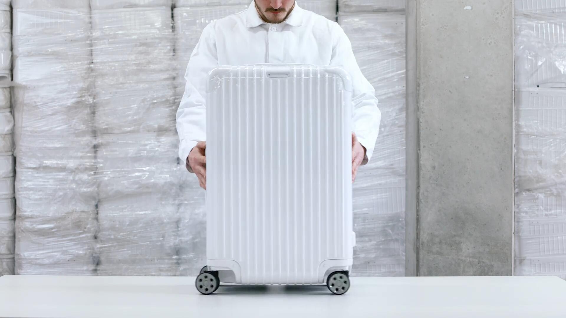 《Factory_Polycarbonate》RIMOWA 新系列旅行箱广告